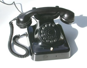 So ein Teil hing bei uns an der Wand, weil meine Großeltern mit zu den Ersten gehörten, die ein Telefon hatten. (Foto: public domain)